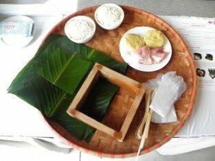 Khách tây trổ tài gói bánh chưng ở Mũi Né