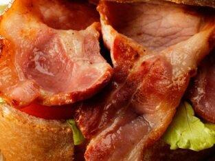 Làm mới cách chế biến món bánh mì kẹp thịt xông khói