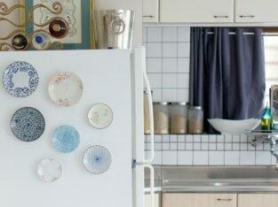Trang trí tủ lạnh độc đáo với đĩa sứ