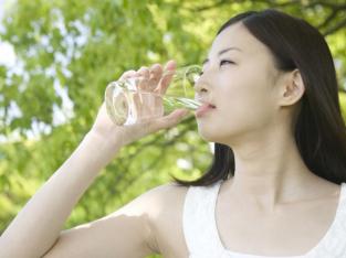 Uống nước ấm buổi sáng và 10 công dụng bất ngờ